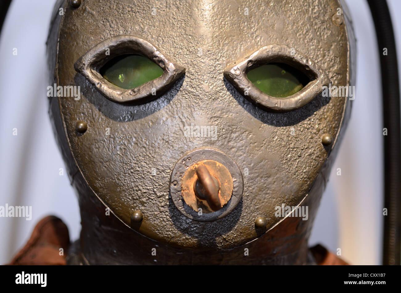"""Prima tuta da sub o primi di attrezzatura subacquea e la maschera """"caphandre' (1775) Ricostruzione Immagini Stock"""