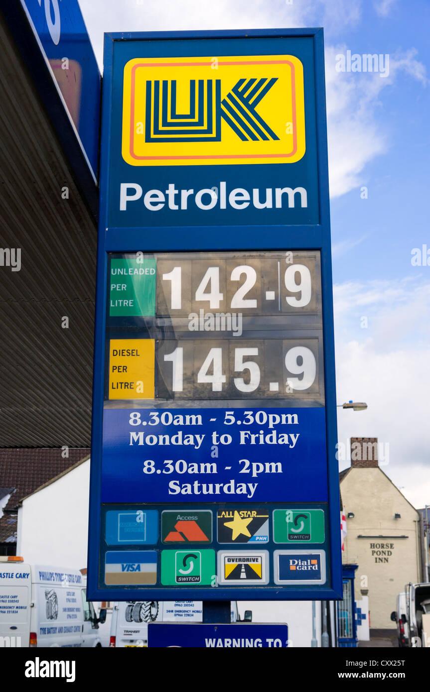 Stazione di benzina i prezzi del carburante scheda, REGNO UNITO Immagini Stock