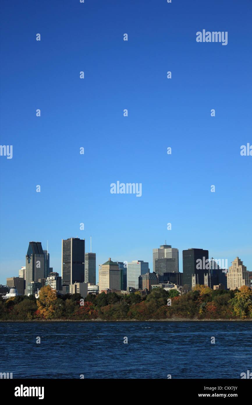 La mattina presto vista della skyline con la Vecchia Montreal in primo piano, attraverso il fiume San Lorenzo, Montreal, Immagini Stock