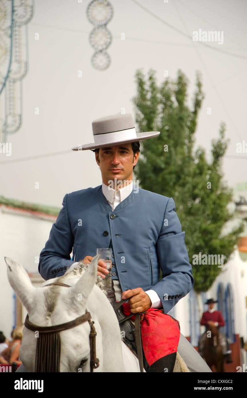 negozio online vari stili nuova alta qualità Uomo a cavallo che indossa cordobes hat in costume ...