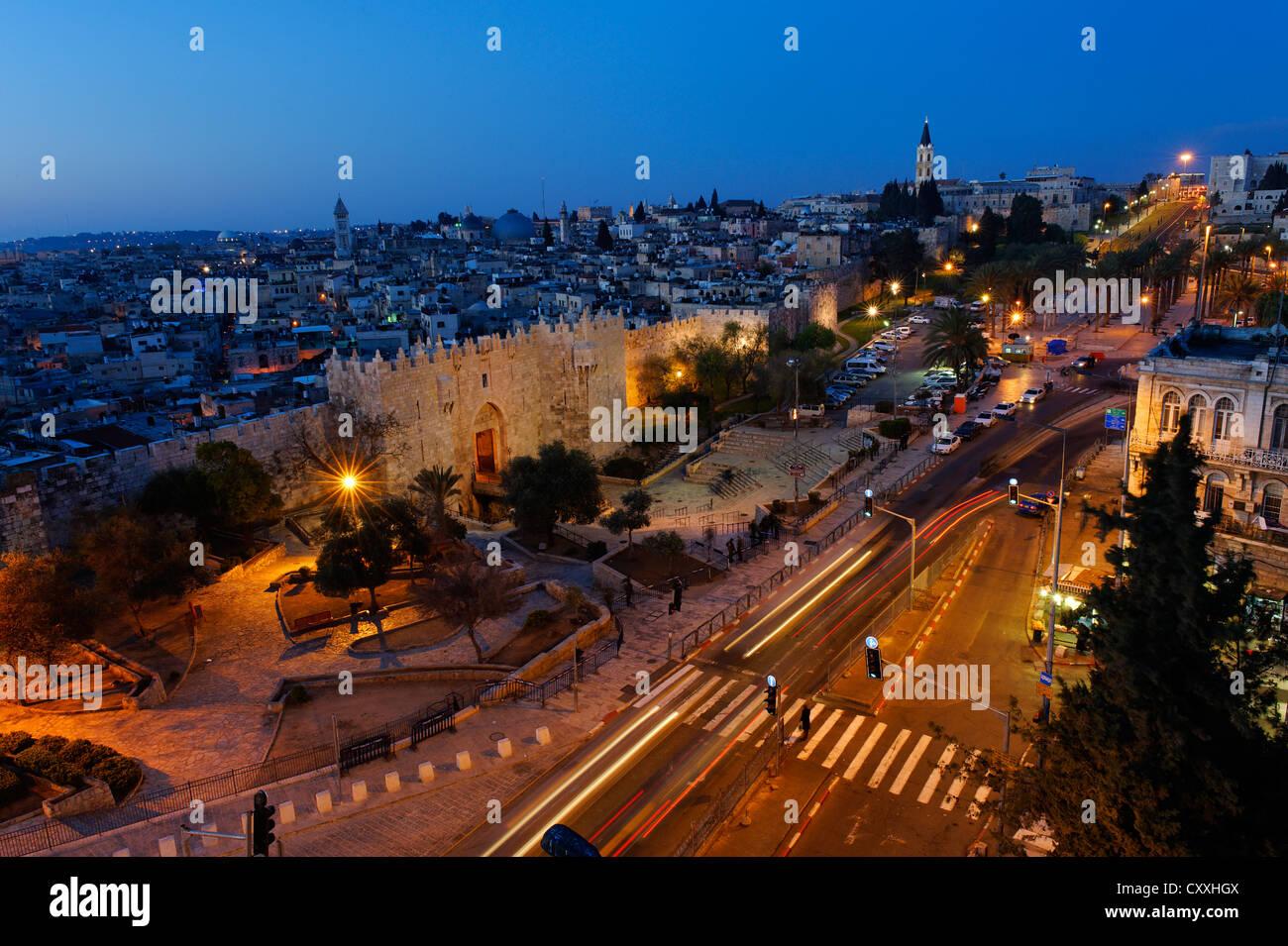 Damasco Gate con le mura della città, crepuscolo, la Città Vecchia di Gerusalemme, da Paulus guest house, Immagini Stock
