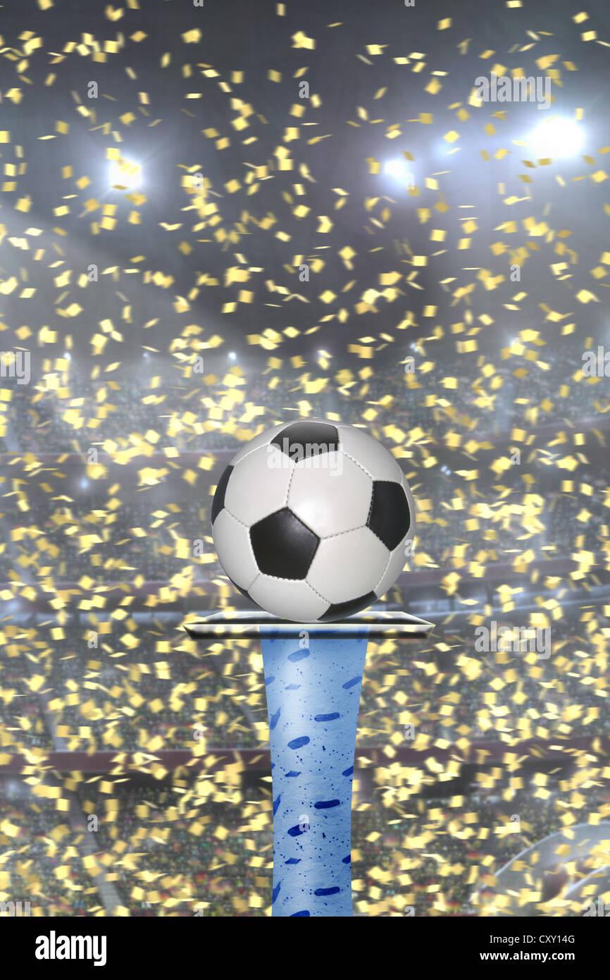 Calcio sul piedistallo, coriandoli, gioco di apertura Immagini Stock