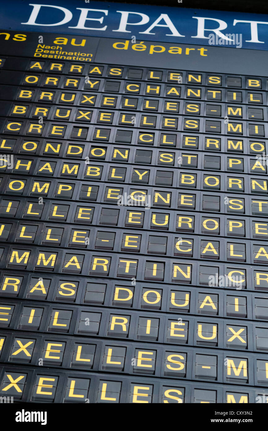 Dettaglio delle destinazioni sulle partenze board presso la stazione ferroviaria Gare du Nord di Parigi Francia Immagini Stock