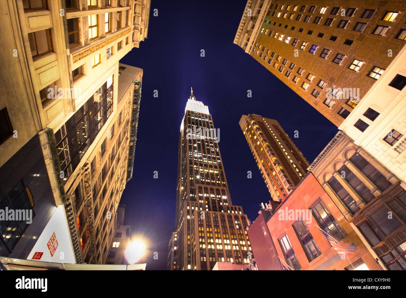NEW YORK CITY - SEPT 13: Landmark Empire State e degli edifici circostanti in midtown Manhattan sulla notte di settembre Immagini Stock