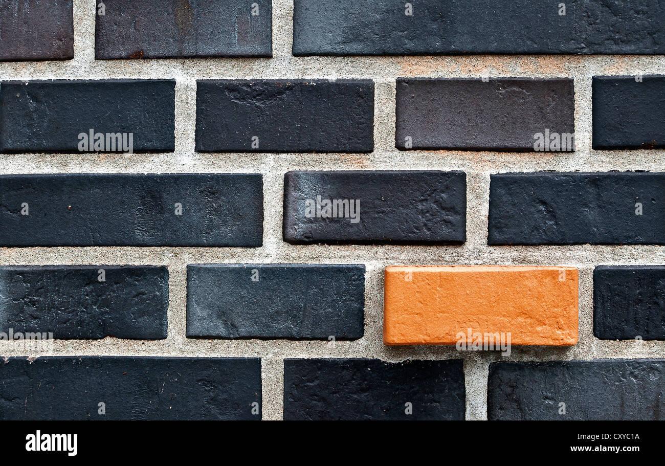 Muro di mattoni mattoni nero e uno arancione mattone, Amburgo Immagini Stock