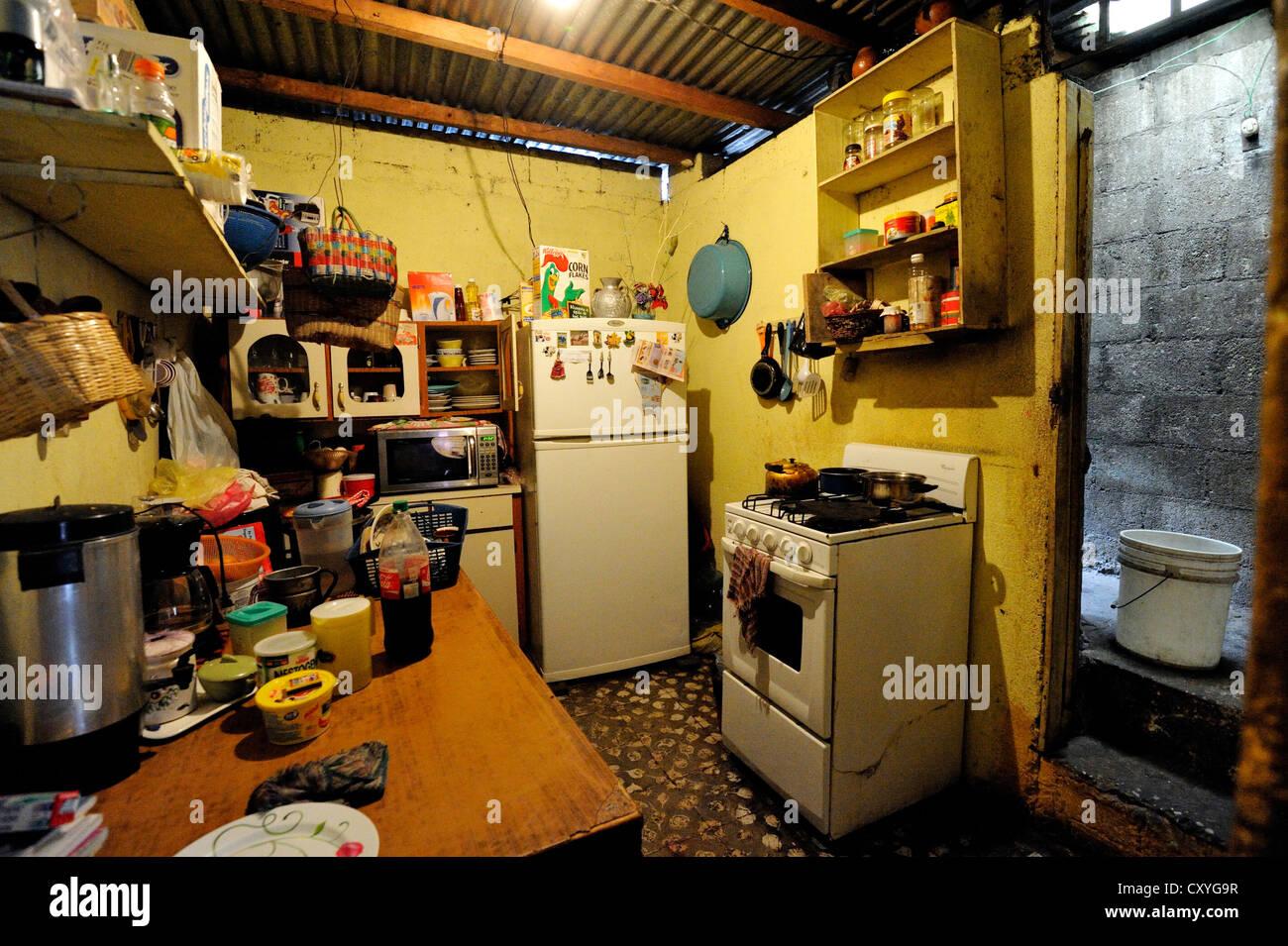 Umile cucina in un quartiere povero, El Esfuerzo baraccopoli, Città del Guatemala, Guatemala, America Centrale Immagini Stock
