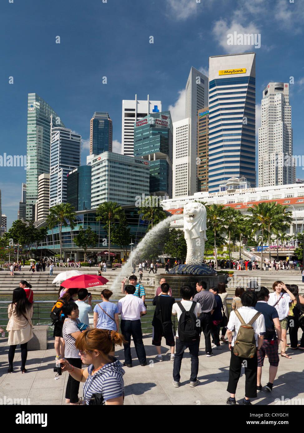 La statua Merlion e turisti, Singapore Immagini Stock