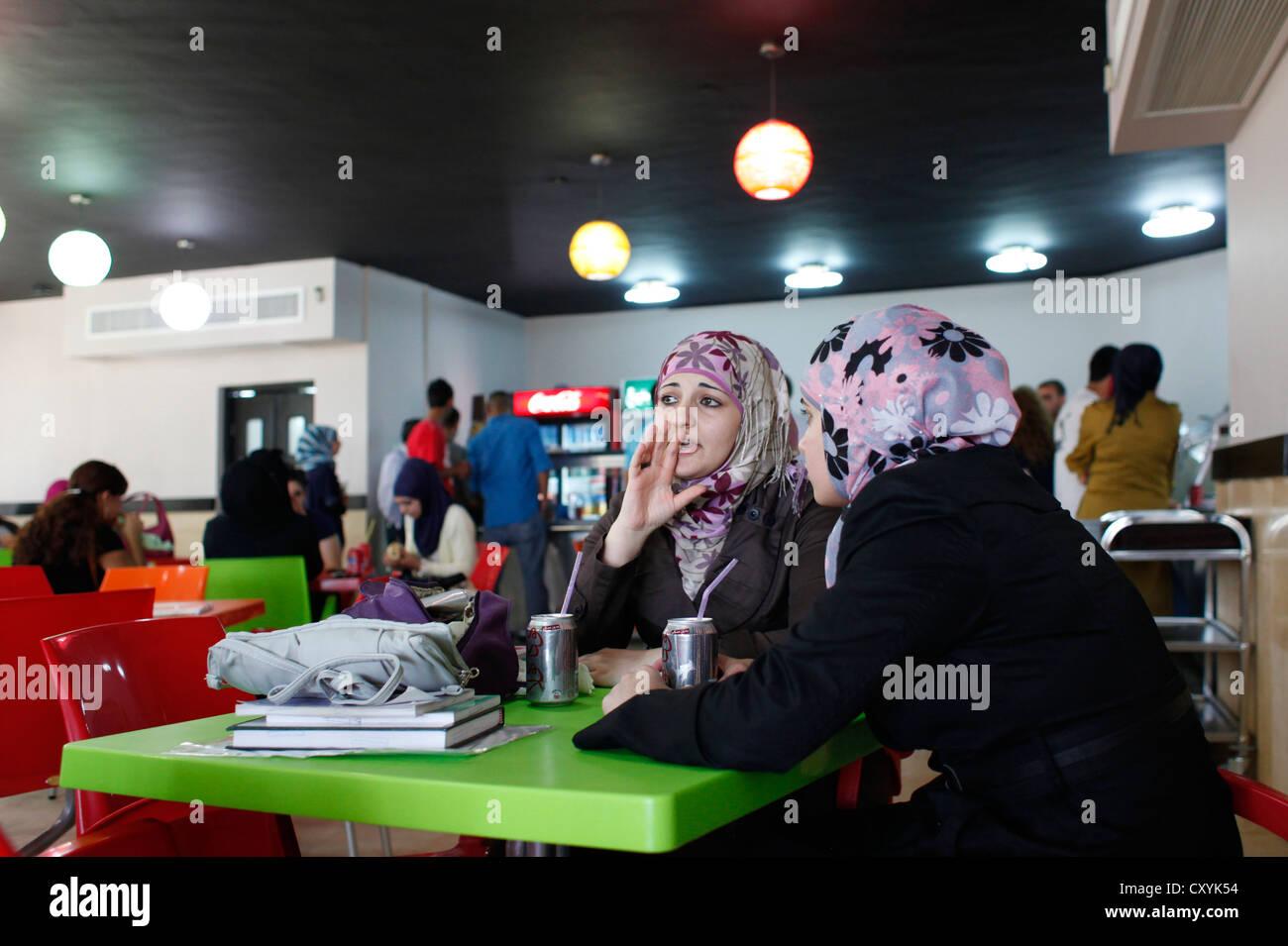 Gli studenti palestinesi nella caffetteria di Al Quds university di Abu Dis una città Palestinese in Gerusalemme Foto Stock
