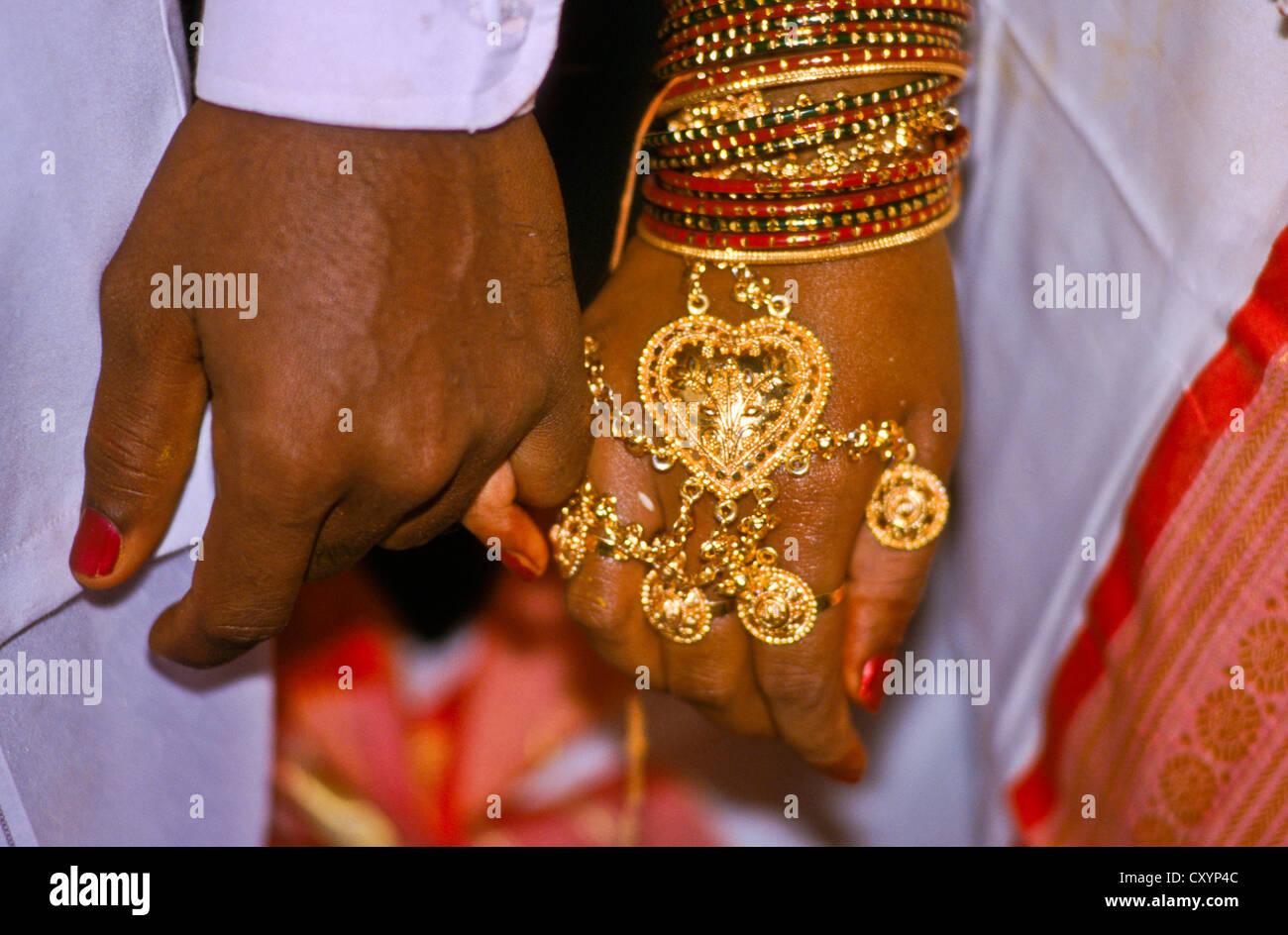 Gioielli per la mano di un appena sposato donna locale in Hampi, Hampi Karnataka, India, Asia Immagini Stock
