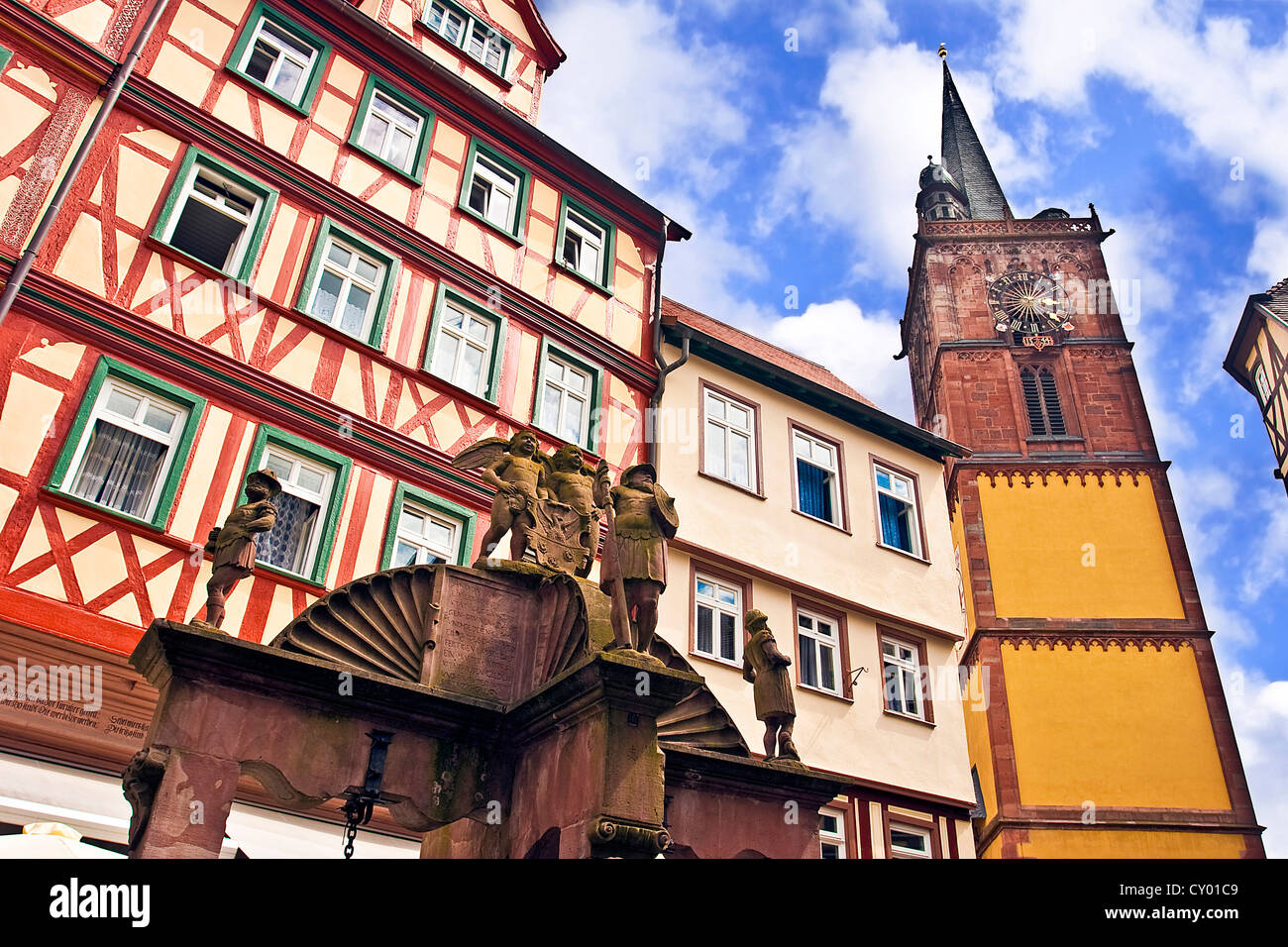 Wertheim, Franconia, Germania acqua medievale bene davanti alla Croce case con travi di legno e un clock tower Immagini Stock