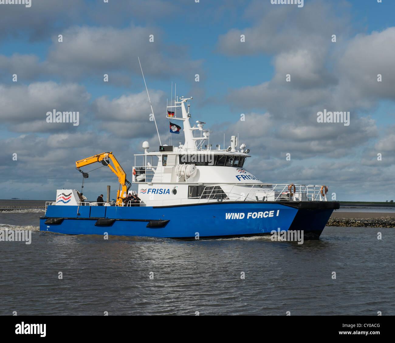 """""""Vento forza I' catamarano offshore, recipiente di trasporto per persone e merci alla offshore wind farm Immagini Stock"""