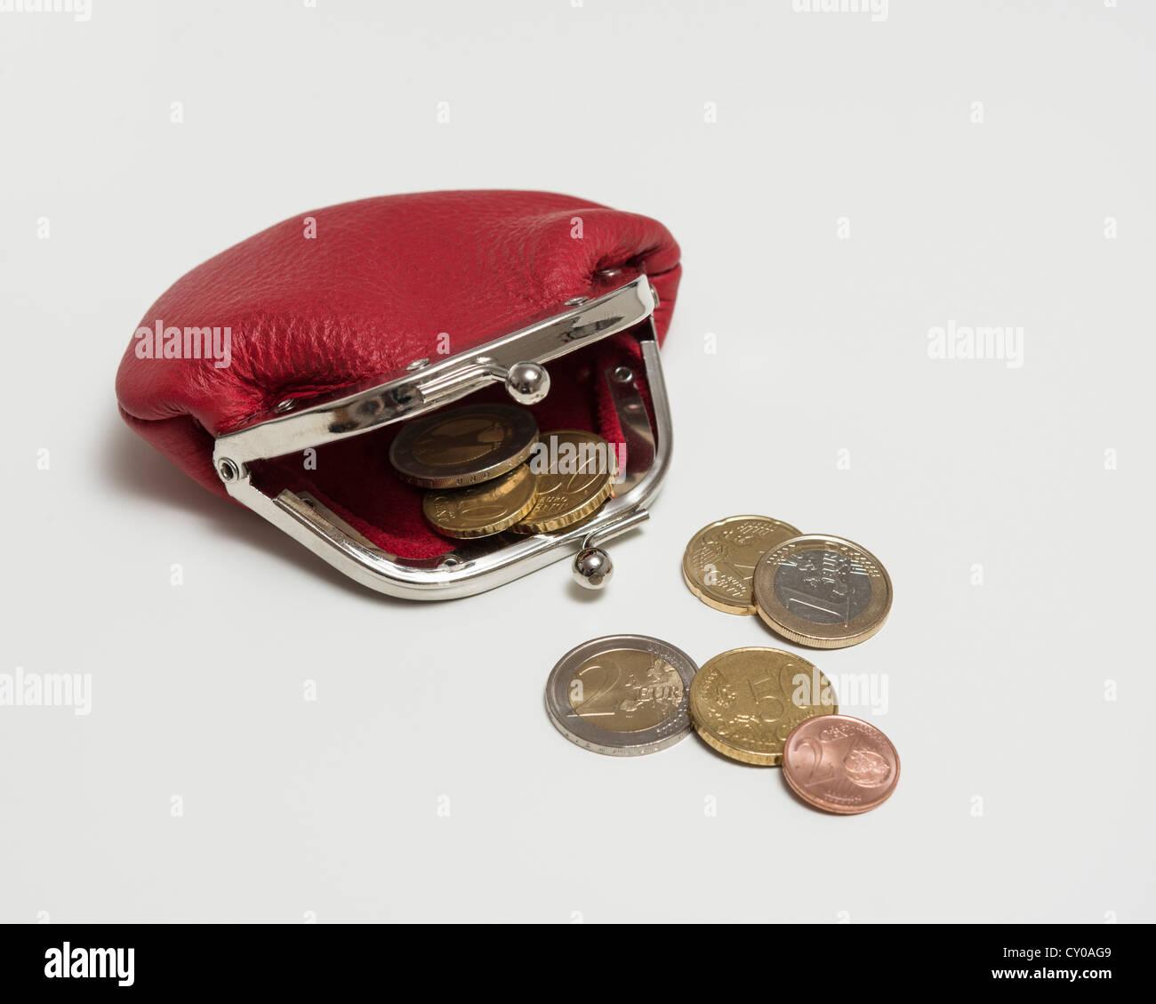 Aprire il fermo rosso portafoglio con monete metalliche in euro Immagini Stock