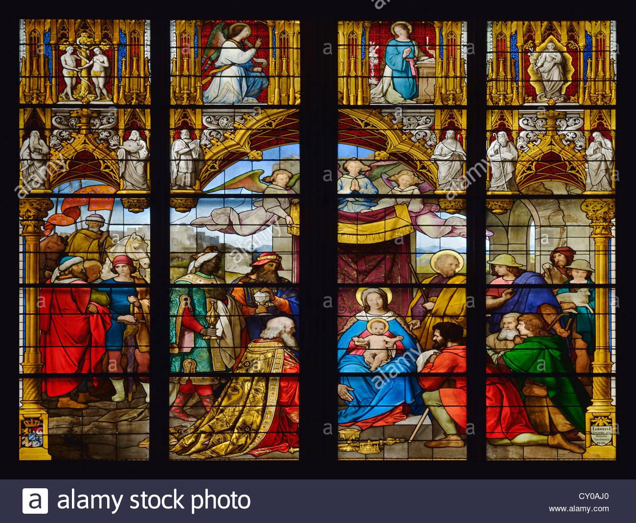 Dettaglio finestra bavarese, l'Adorazione dei Magi, i tre Re Magi in visita a Gesù Bambino, la cattedrale Immagini Stock