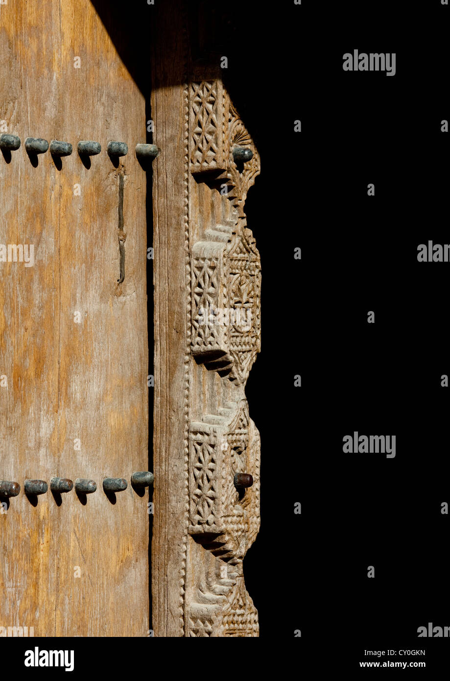 Vecchia porta di legno incisa a Nizwa Fort, Oman Immagini Stock