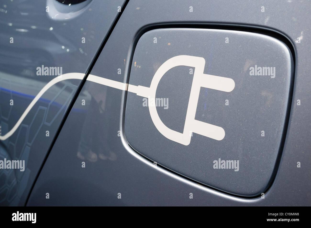 Dettaglio del simbolo su una vettura elettrica per il plug-in di ricaricare al Paris Motor Show 2012 Immagini Stock