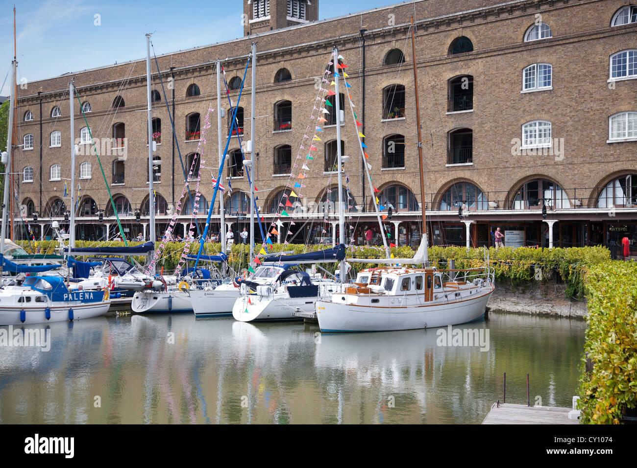 In Inghilterra. Londra. St Katharine Docks e casa d'Avorio. Immagini Stock