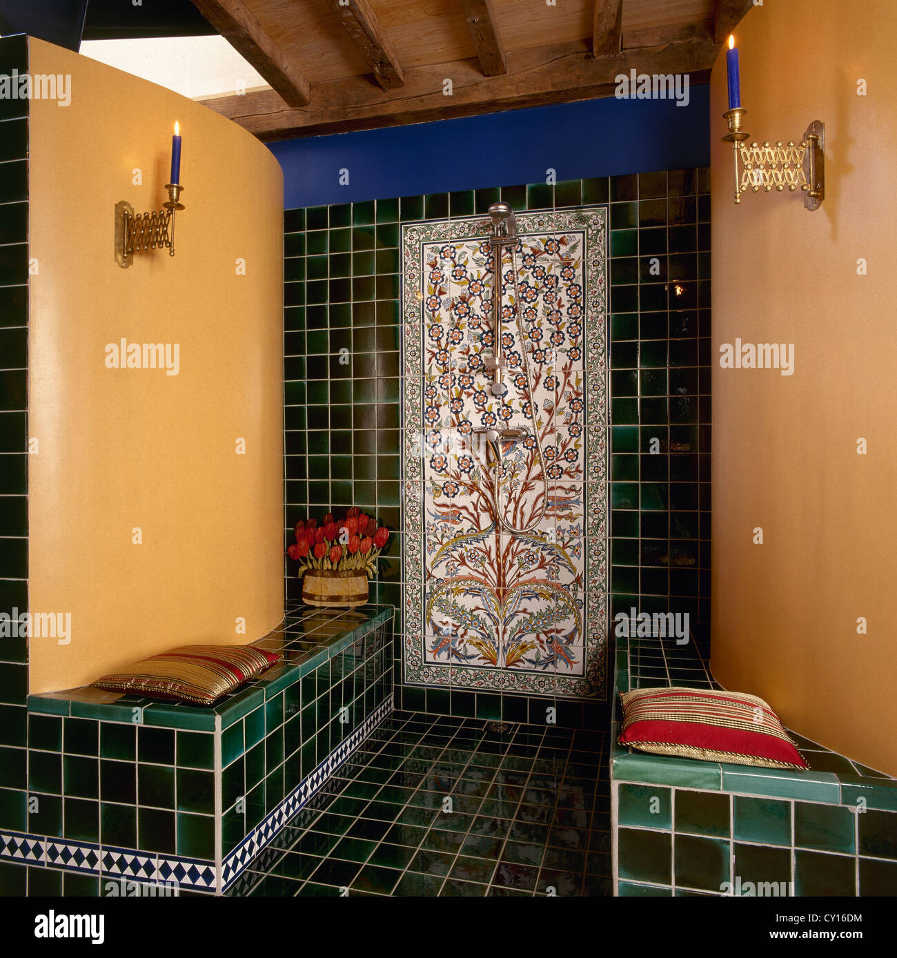 Bagno Moresco Con Mosaico E Box Doccia In Muratura Foto Immagine