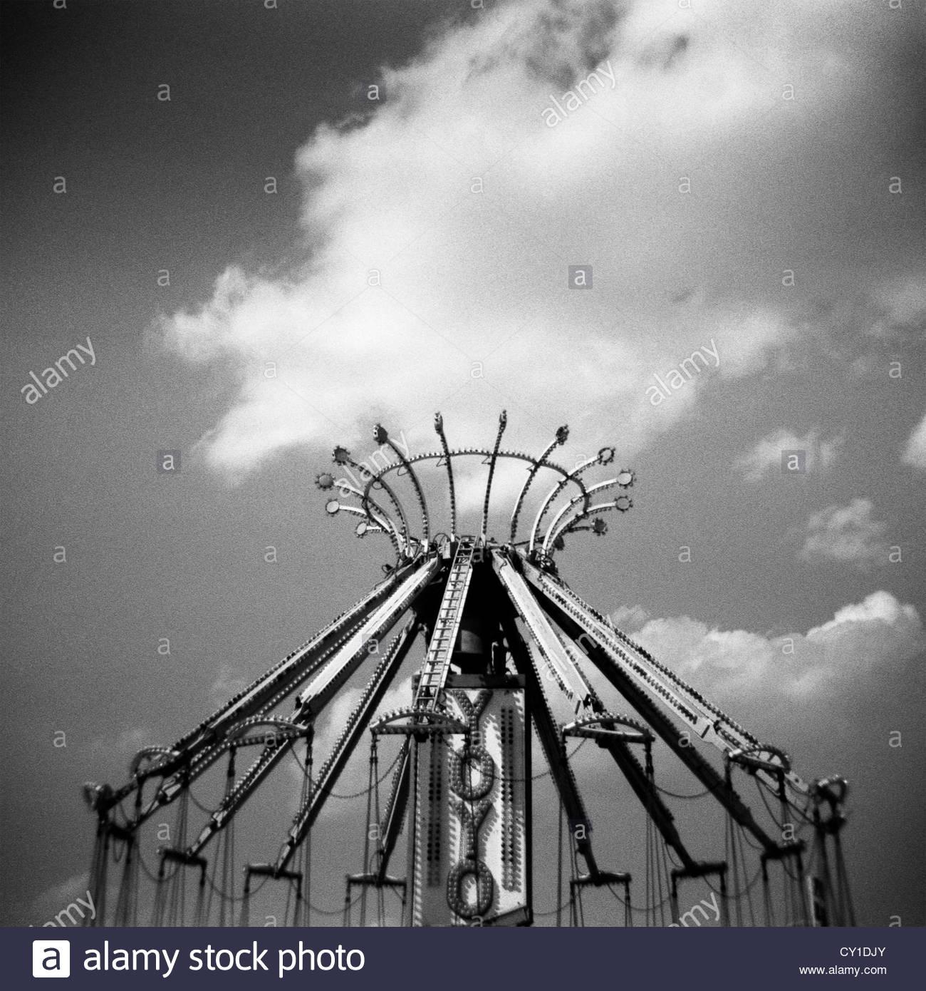 Monocromatico Holga carnevale immagine di Yoyo ride con le nuvole Immagini Stock