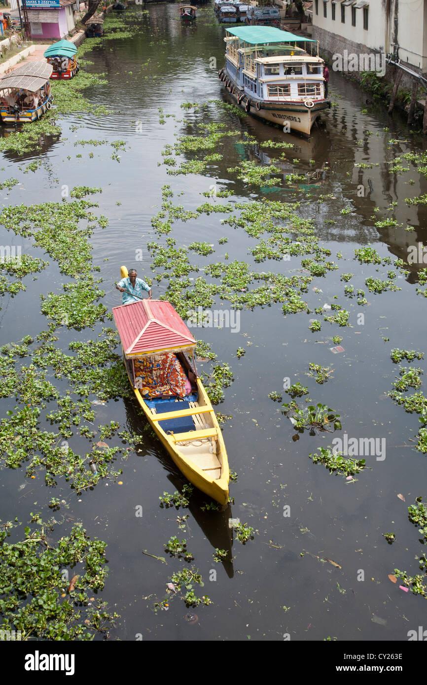 Taxi boat navigazione di un canale. Alleppey (Alappuzha). Lagune. Il Kerala. India Immagini Stock
