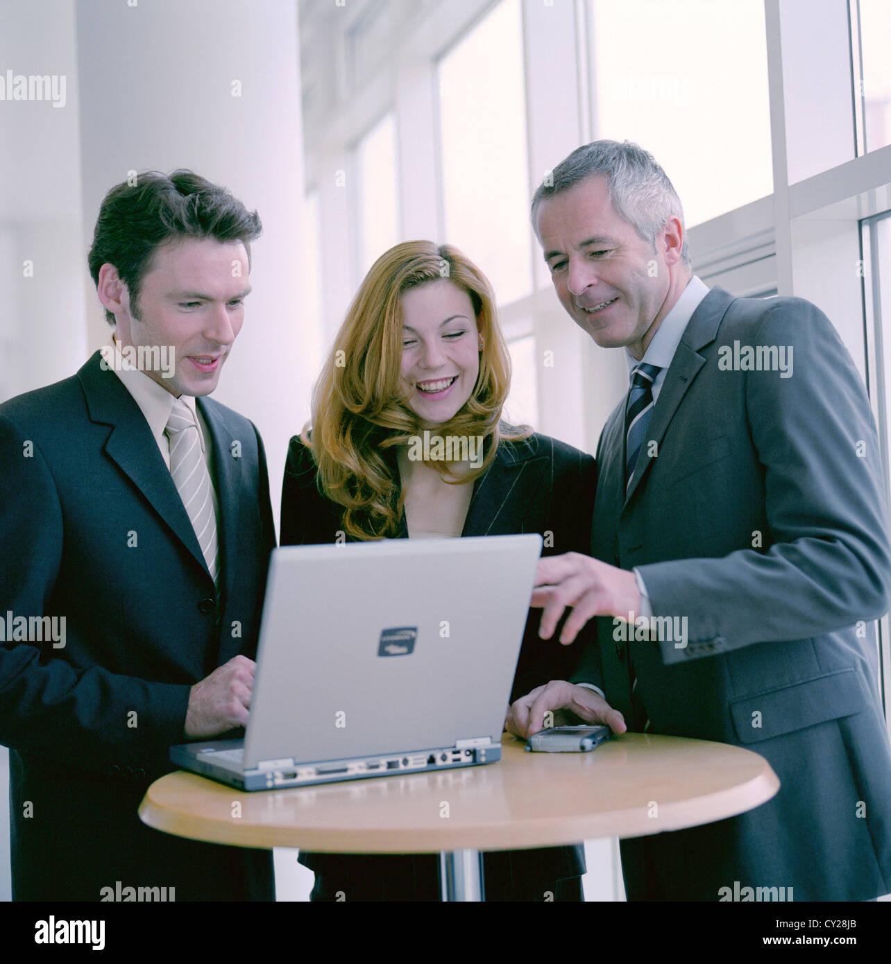 La gente di affari uomo donna fiducia la cooperazione laptop notebook licenza gratuita ad eccezione di annunci e Immagini Stock