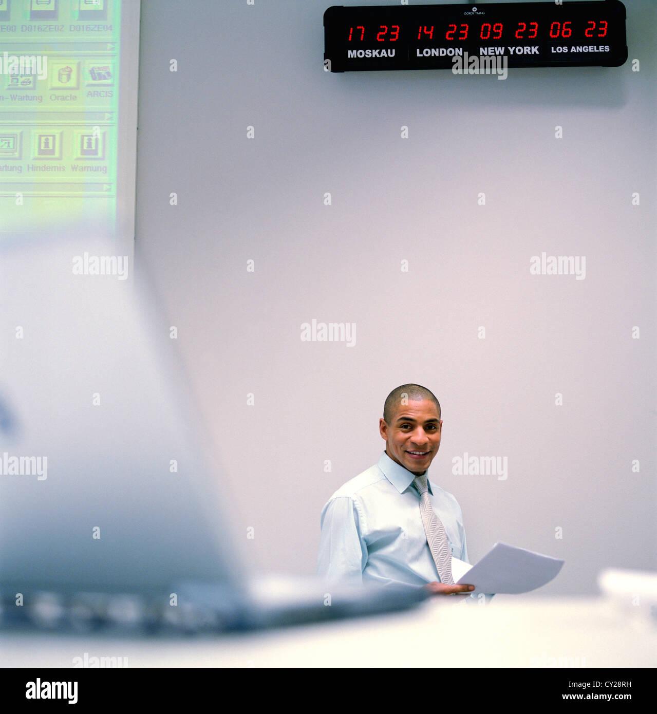 La gente di affari del centro dati del centro di controllo uomo scrivania orologio mondiale licenza gratuita ad eccezione di annunci e cartelloni per esterni Foto Stock
