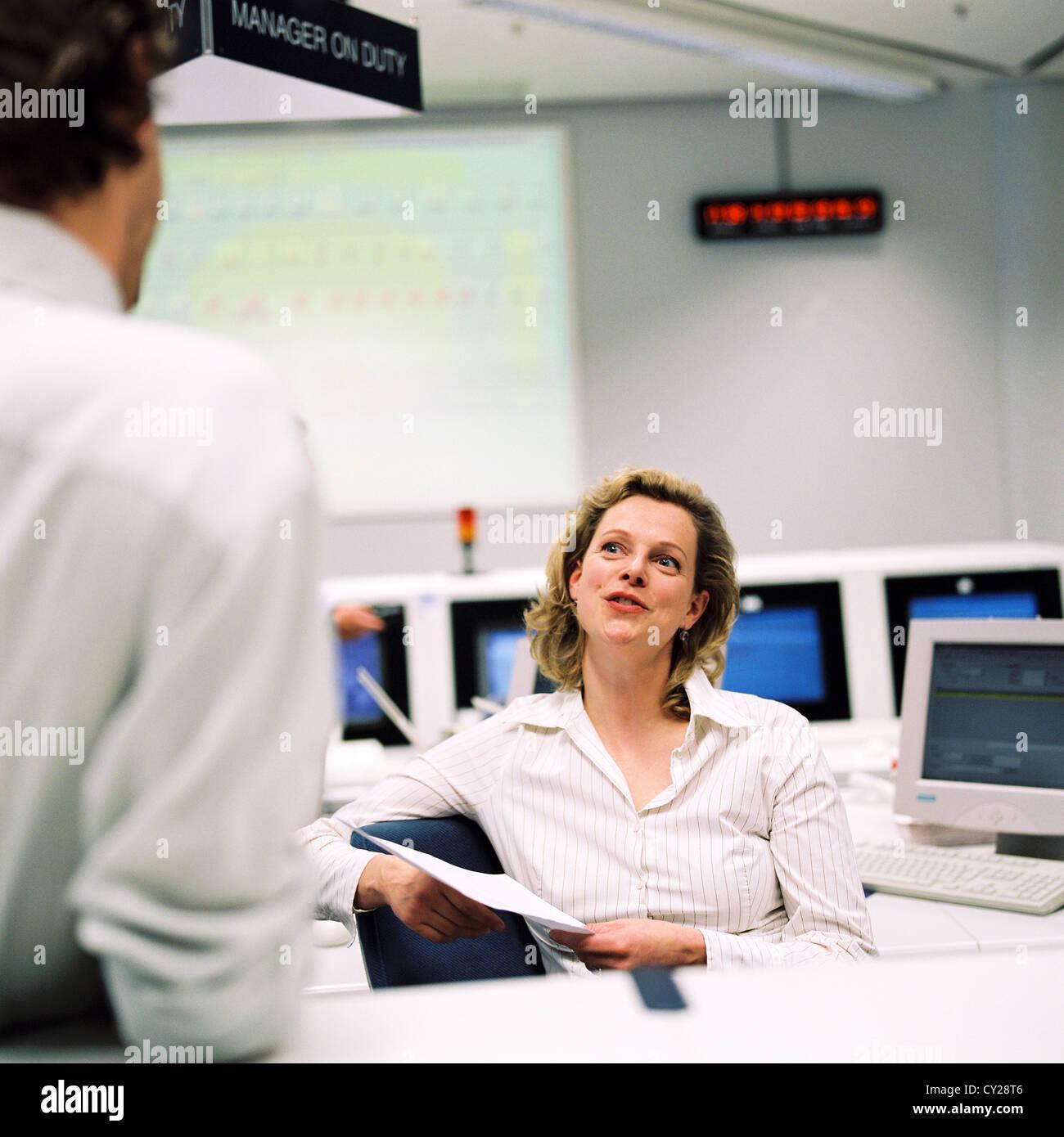 La gente di affari del centro dati del centro di controllo uomo donna licenza gratuita ad eccezione di annunci e Immagini Stock