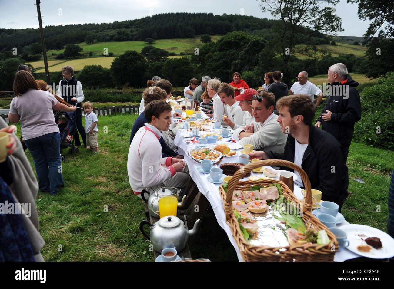 Cricket tè presso il confronto annuale tra Arden hall gli ospiti e la Sun inn ( Casa del tubo di lancio ) team. Immagini Stock