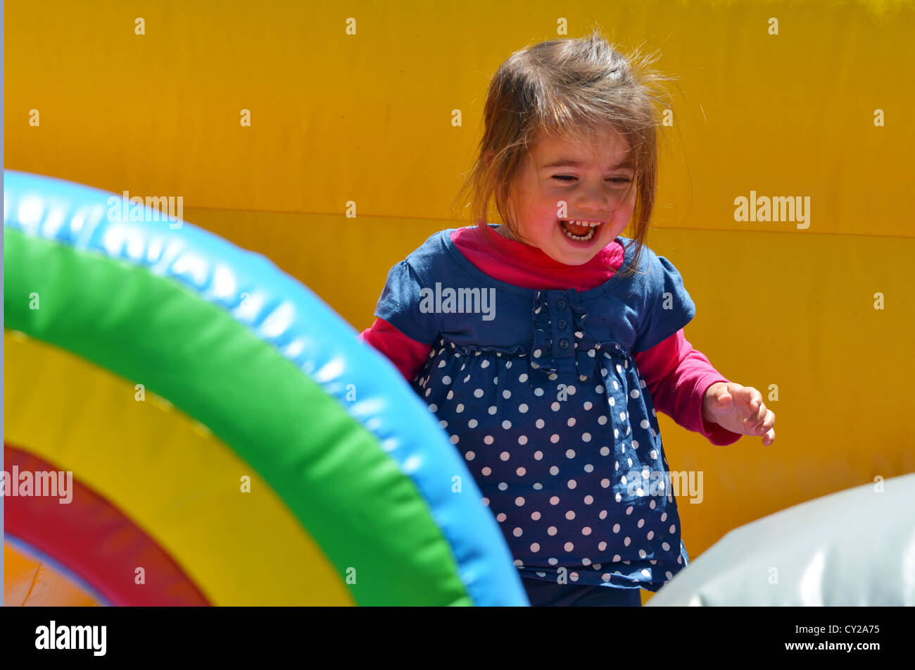 Bambino felice ragazzina salta su di un bambini bouncy