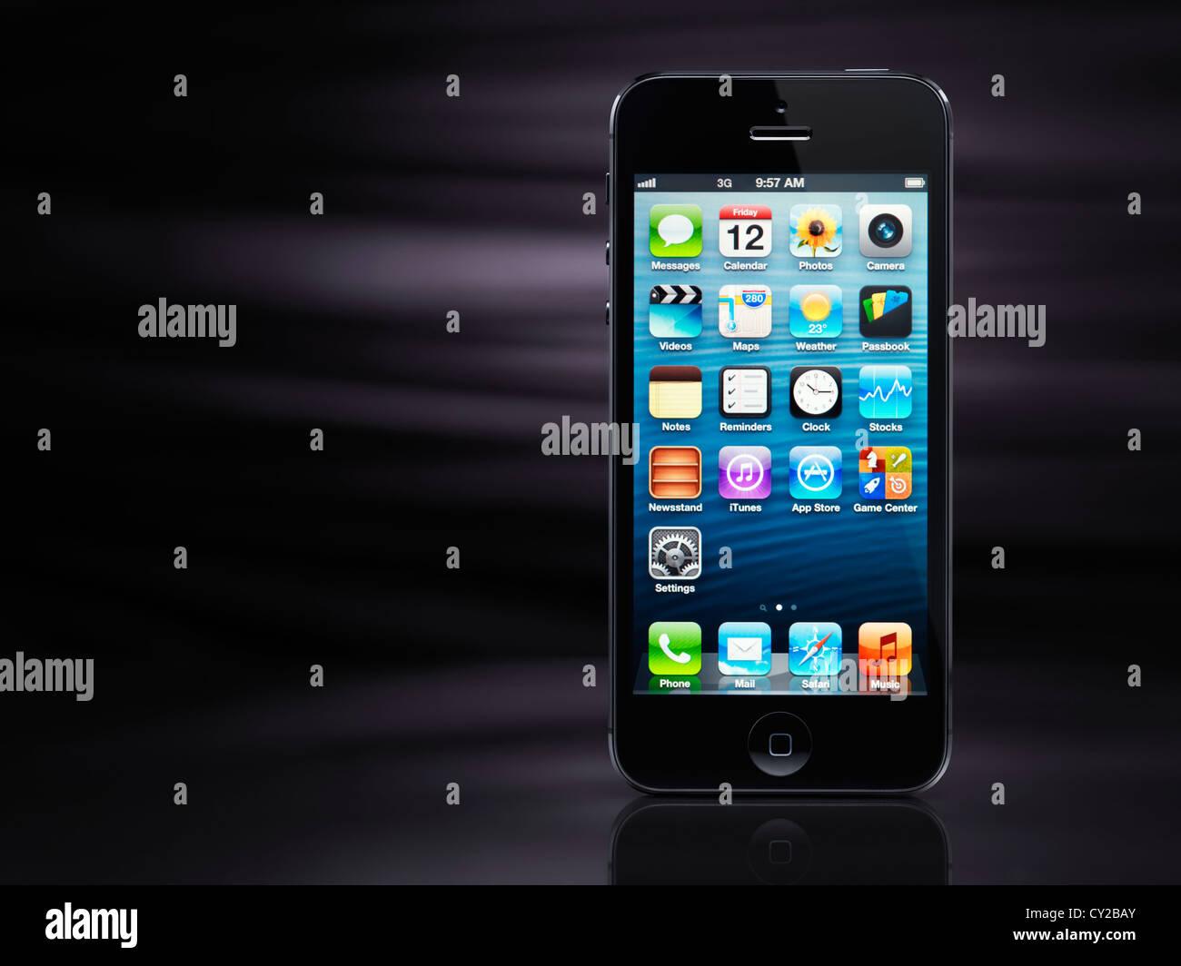 Apple iPhone 5 nero smartphone isolati su elegante sfondo nero con spazio di copia Immagini Stock