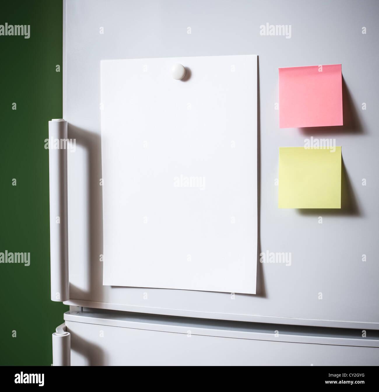 Svuotare il foglio di carta sulla porta frigo Immagini Stock