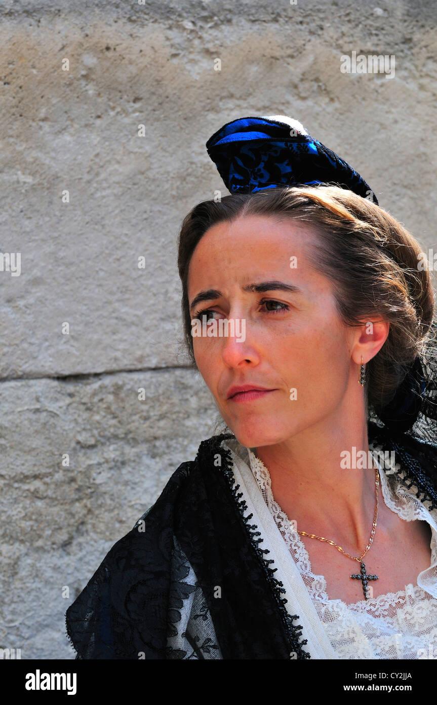 Signora in costume tradizionale come è il derigger tutori per mogli e Beauxs durante la Fete des tutori in Immagini Stock