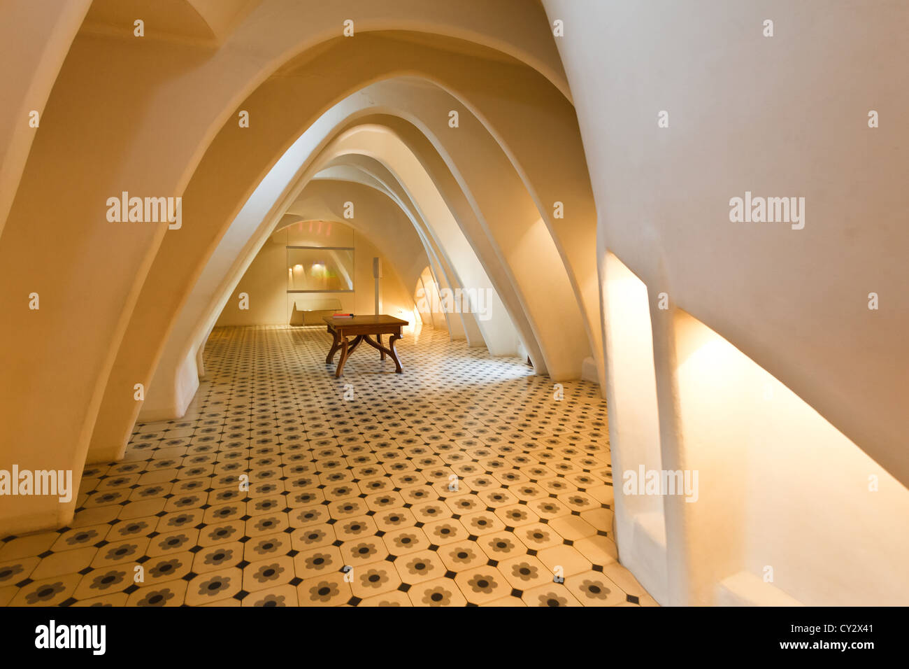 Camera dotata di illuminato archi parabolici nel soffitto e mosaico