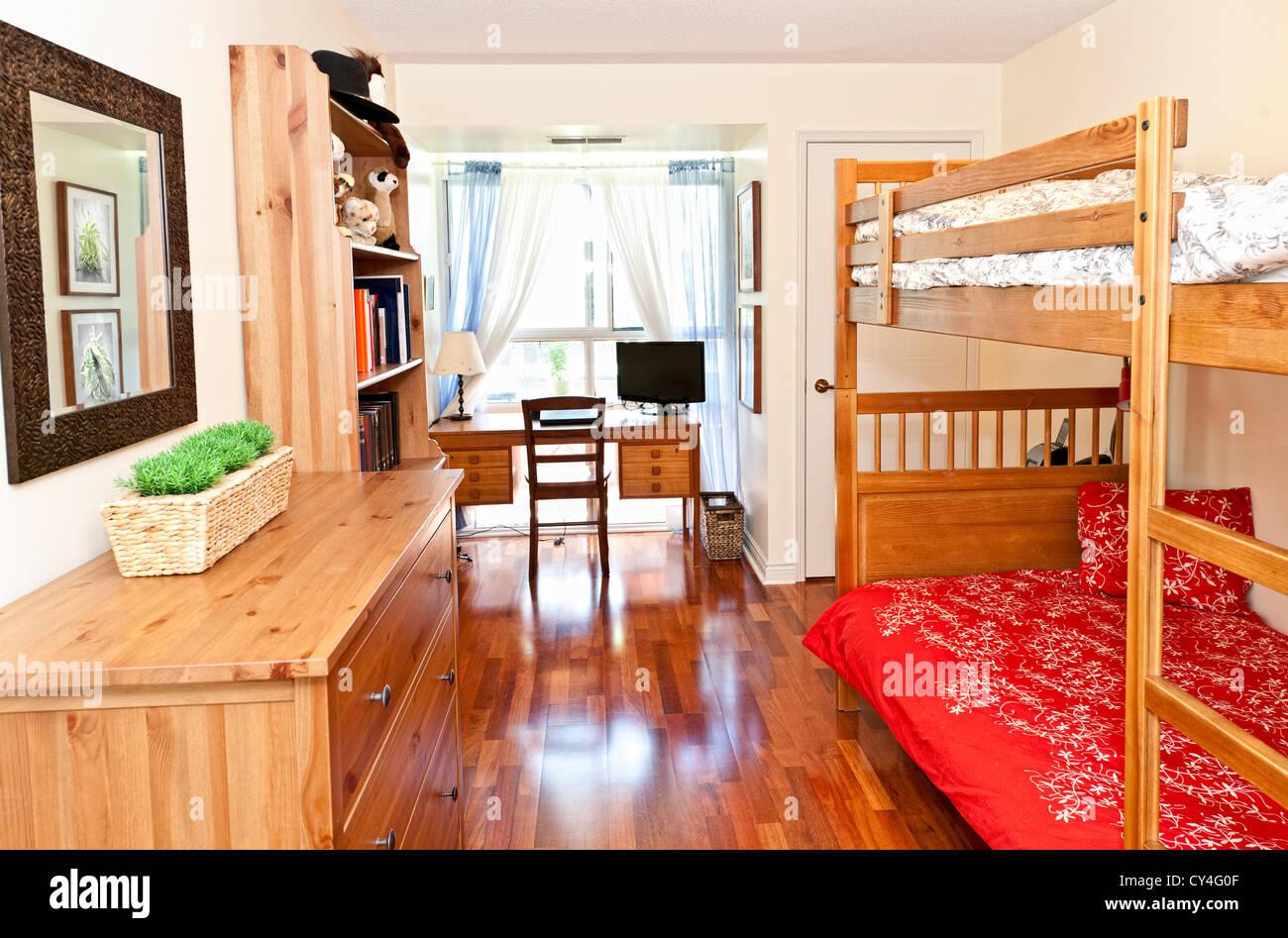 Studente camera da letto con pavimento in legno duro e letti ...