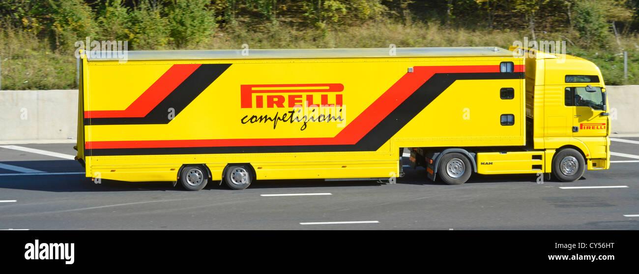 Pirelli - Pirelli articolato di sostegno della concorrenza il camion e il rimorchio in autostrada Immagini Stock