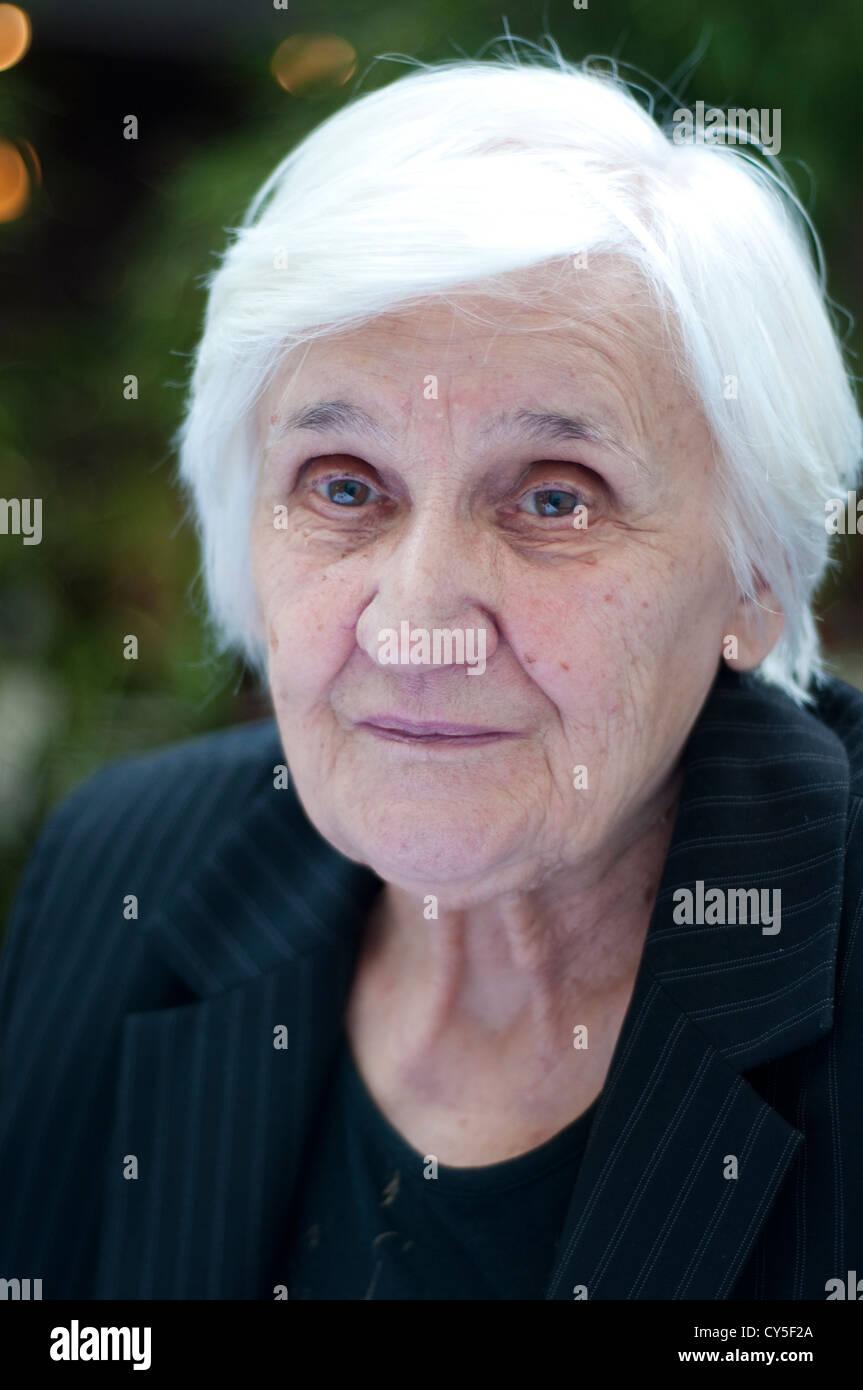 Ritratto di una donna nel suo 80s Immagini Stock