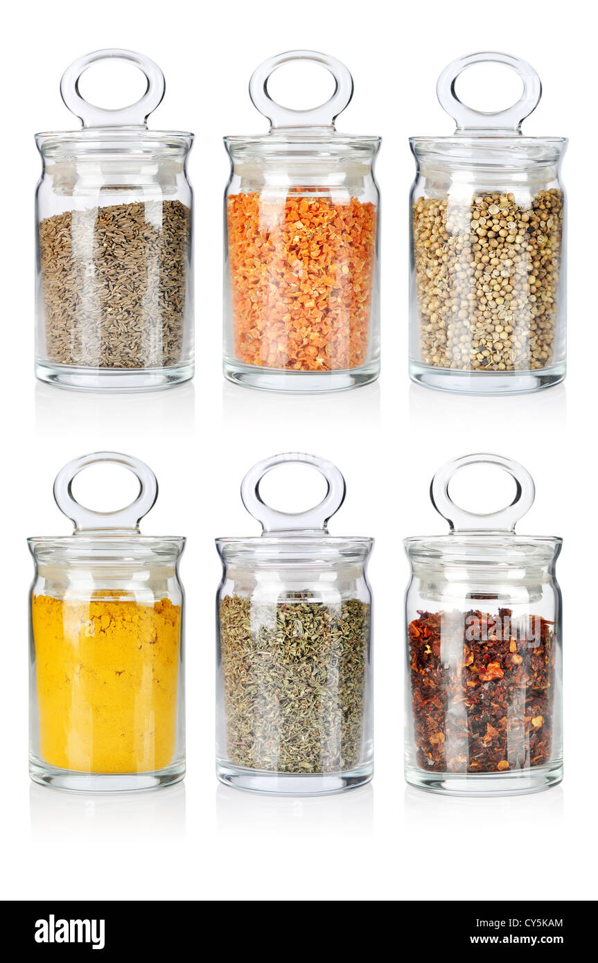 Una gamma di sei trasparente vasetti di vetro di diverse spezie ed erbe Immagini Stock