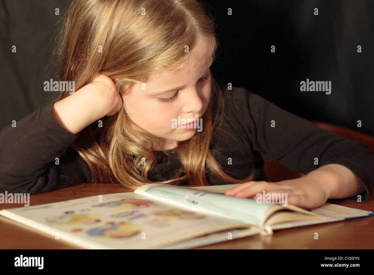 Ragazza giovane imparare a leggere Immagini Stock