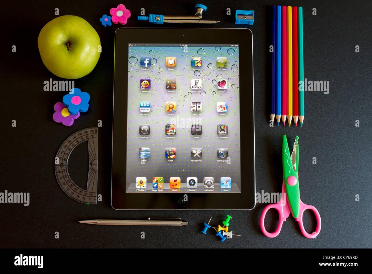 Ipad 3 con la scuola accesories su sfondo bianco Immagini Stock