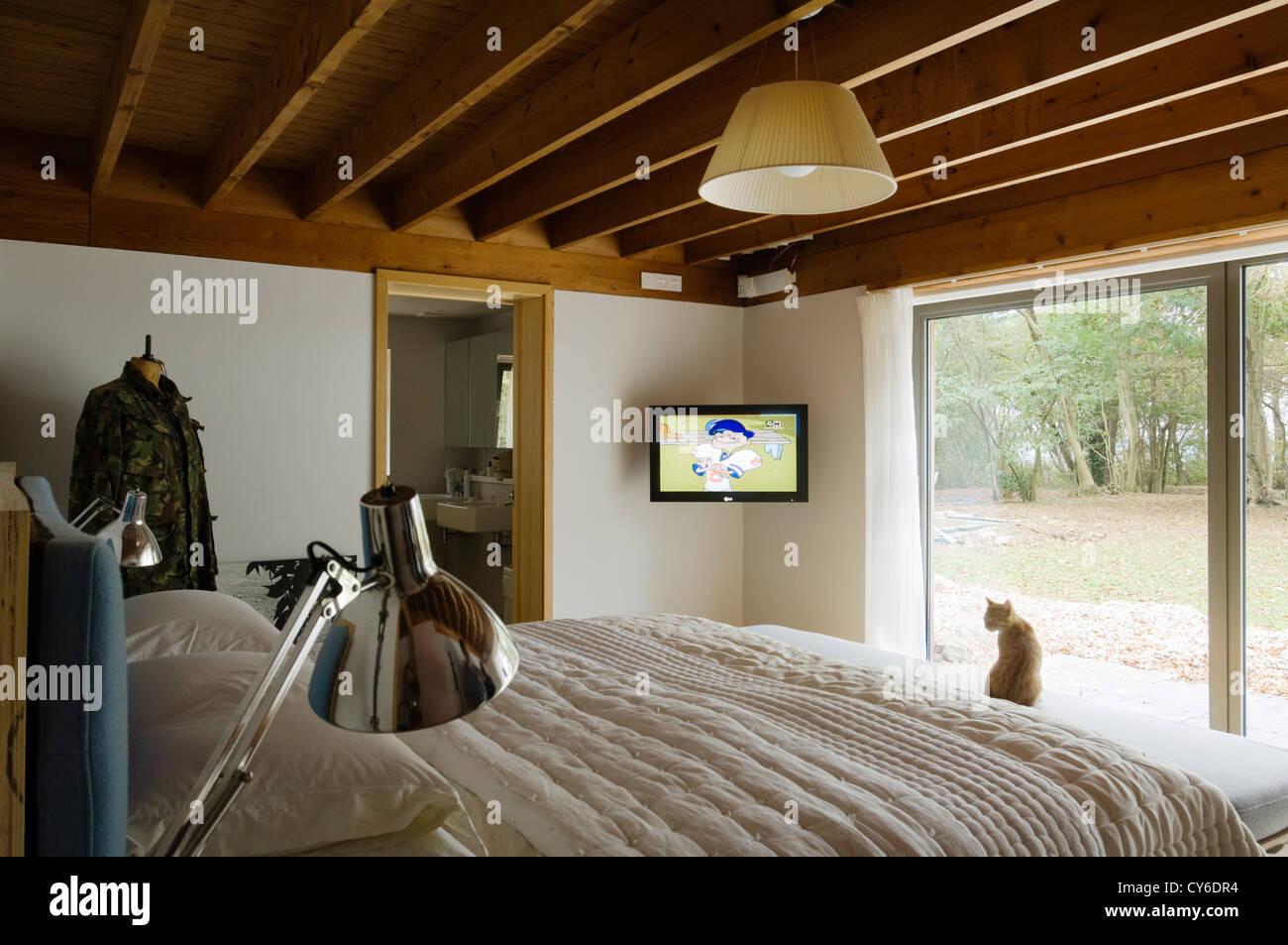 Soffitto In Legno Con Travi : Camera da letto con travi a soffitto in legno foto & immagine stock