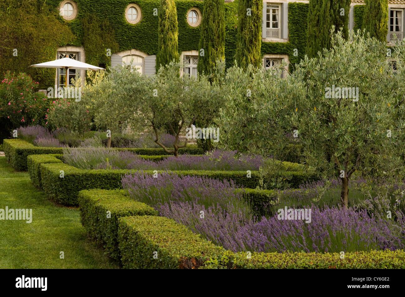 Immobiliare francese con giardino all 39 italiana design di - Giardino francese ...