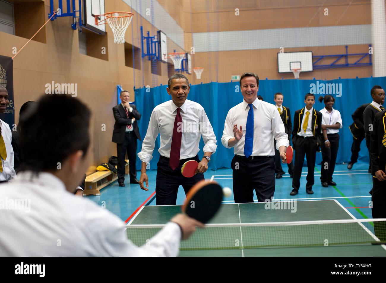 Il Presidente Usa Barack Obama e il Primo Ministro britannico David Cameron giocare a ping pong con gli studenti Immagini Stock