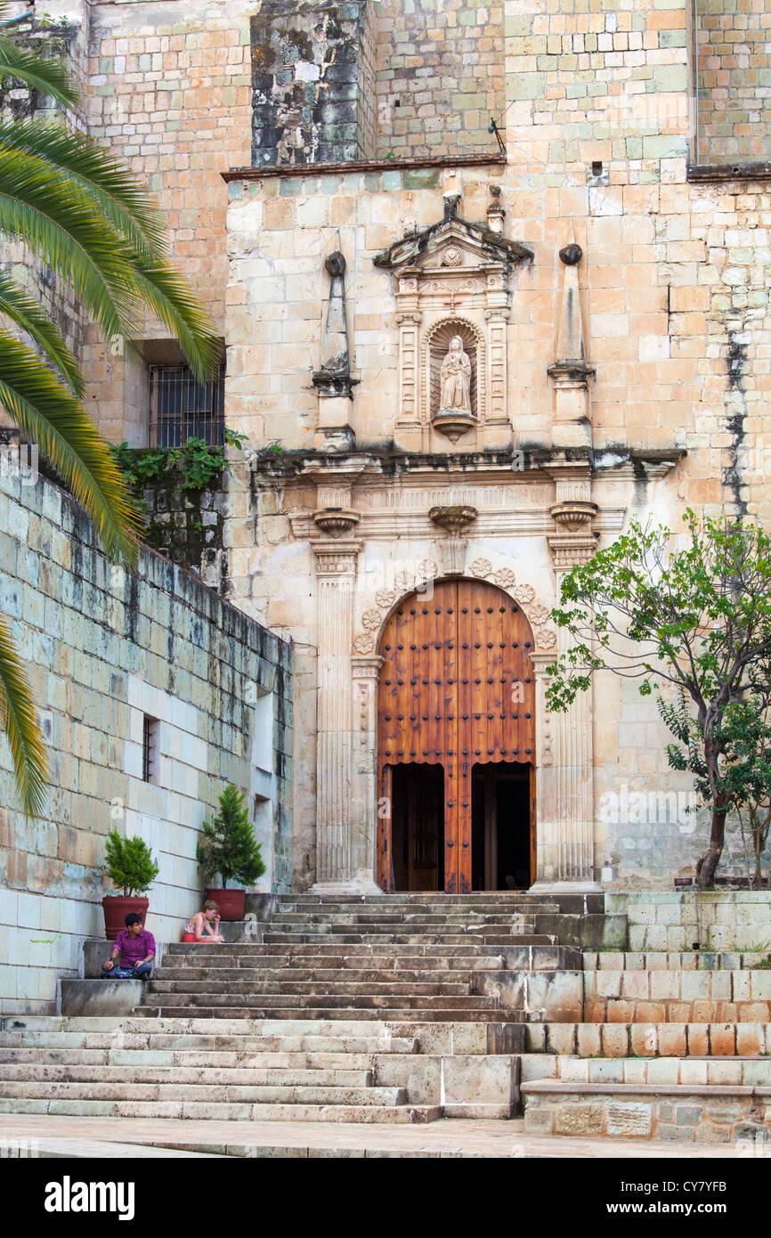 Gli studenti di leggere sui gradini della chiesa di santo domingo a oaxaca, Messico. Immagini Stock