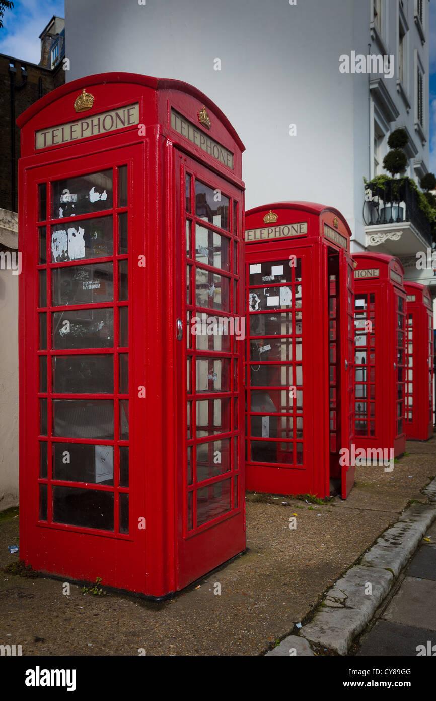 Rosso tipico nelle cabine del telefono nella città di Londra Immagini Stock