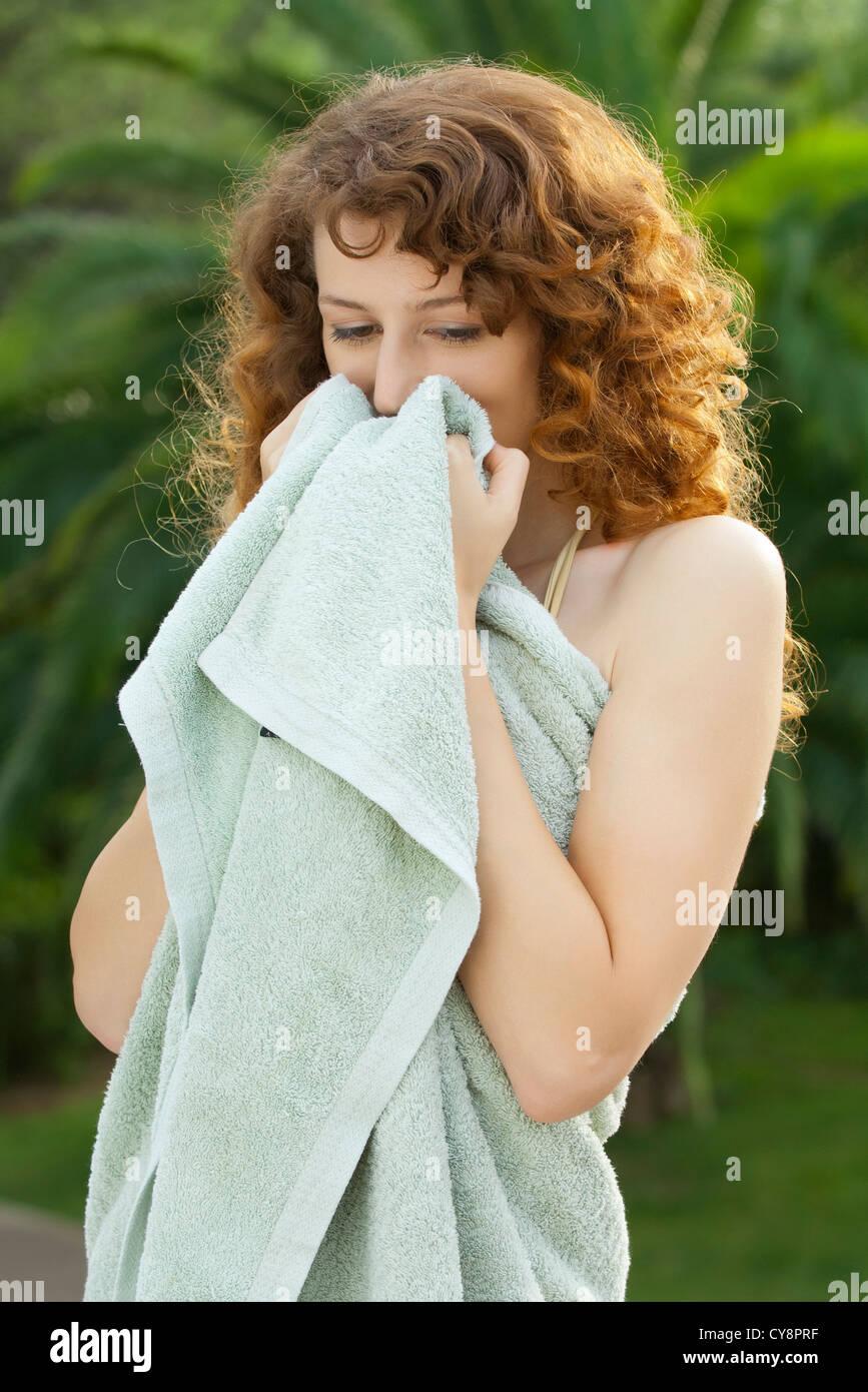 Giovane donna avvolta in asciugamano Immagini Stock