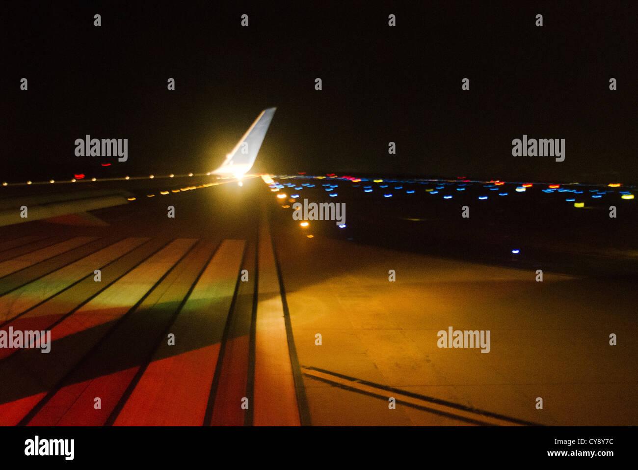 La Tarmac la notte con le luci Immagini Stock
