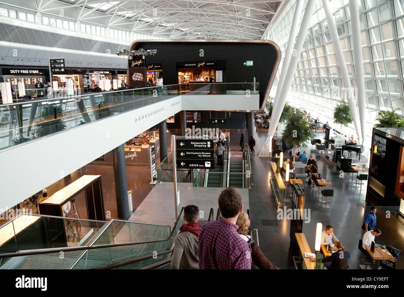 Aeroporto Zurigo Partenze : L interno della sala partenze aeroporto di zurigo svizzera