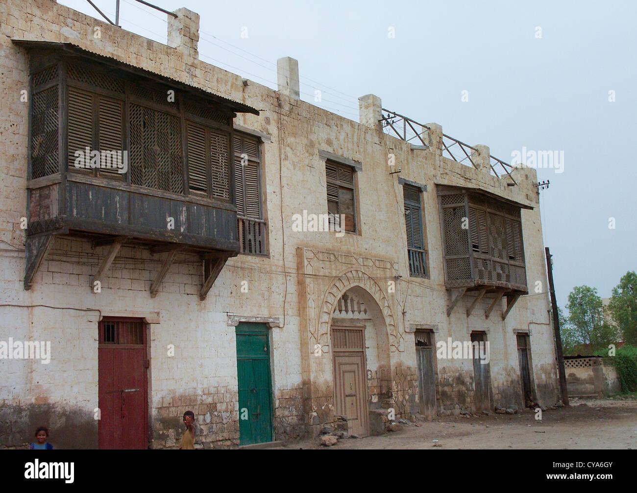 Moucharabieh su un edificio ottomano In Massaua, in Eritrea Foto Stock