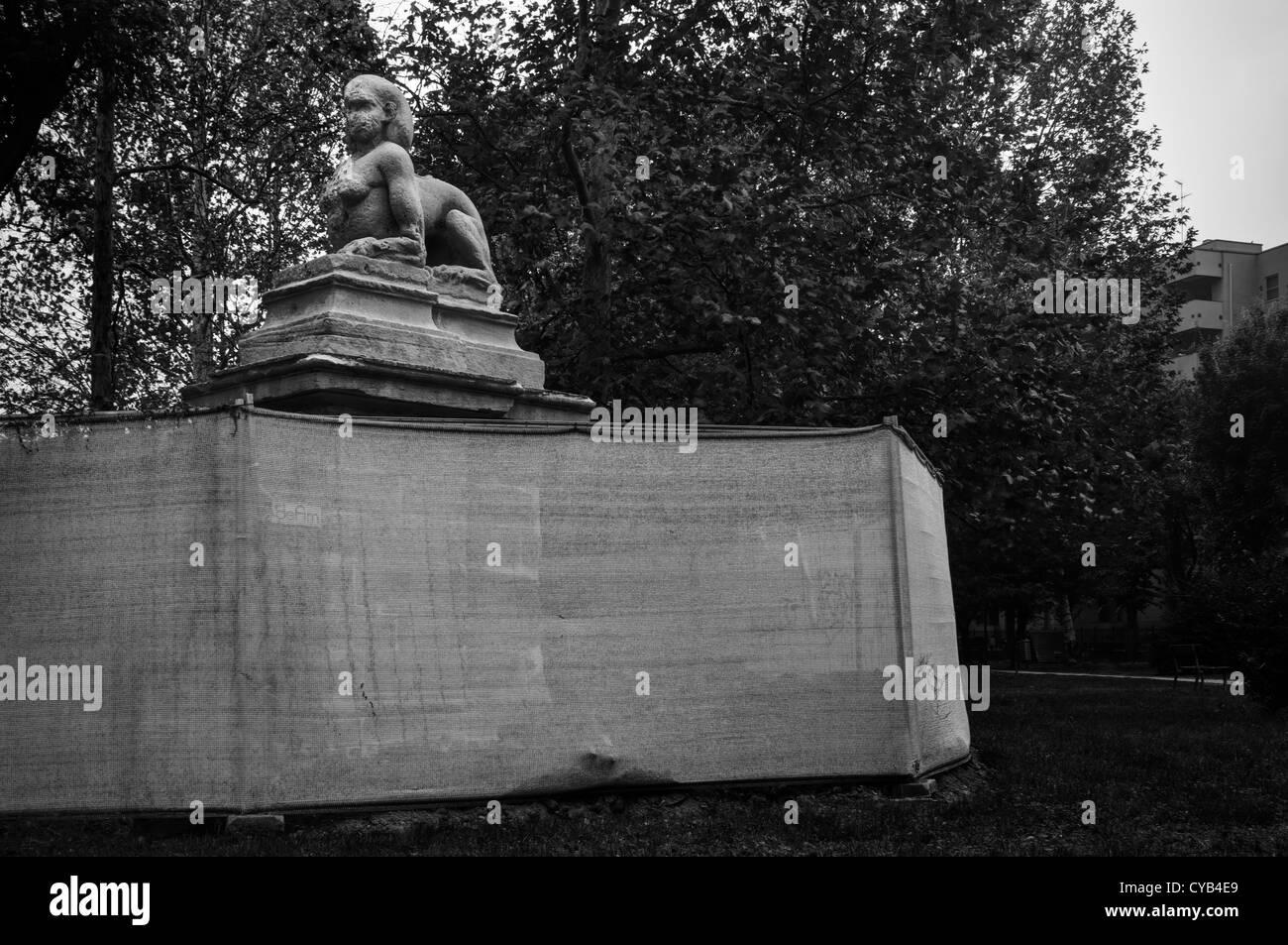 Milano, Italia. Sphinx statua in un parco pubblico Immagini Stock