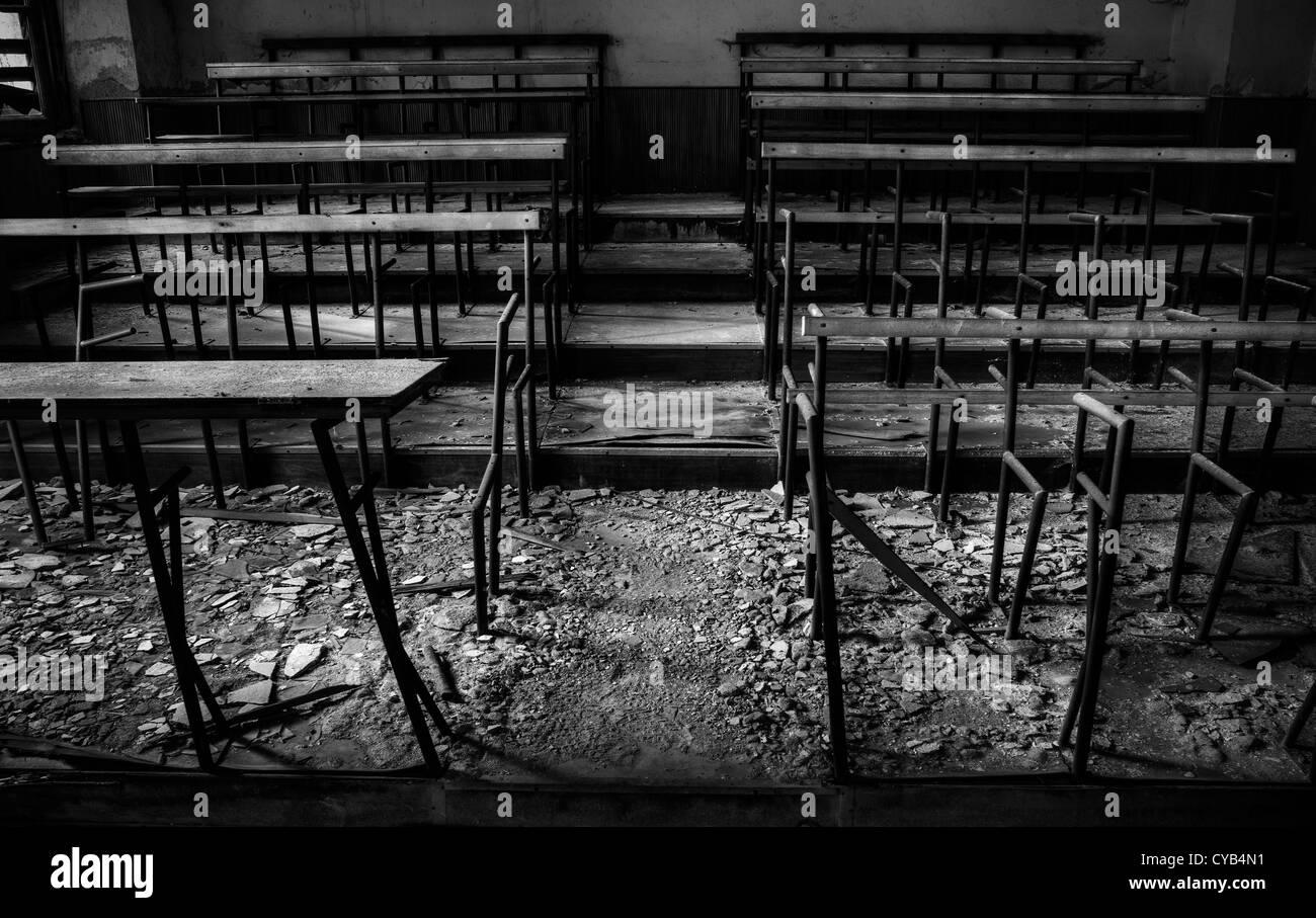 L'Italia. Rovinato aula nella scuola abbandonata Immagini Stock