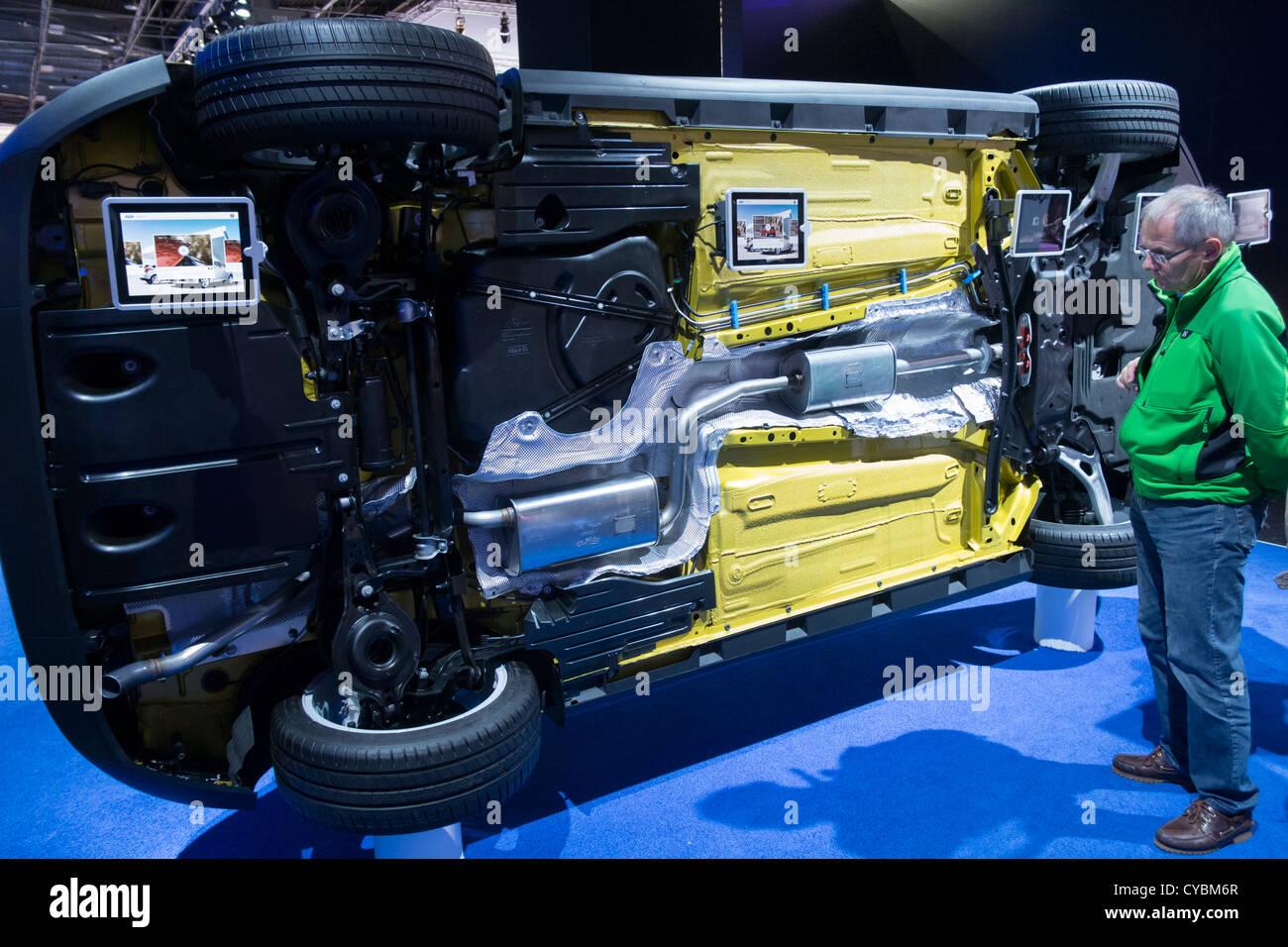 Il lato inferiore della nuova Ford Focus auto per visualizzare la qualità della progettazione e montaggio al Immagini Stock